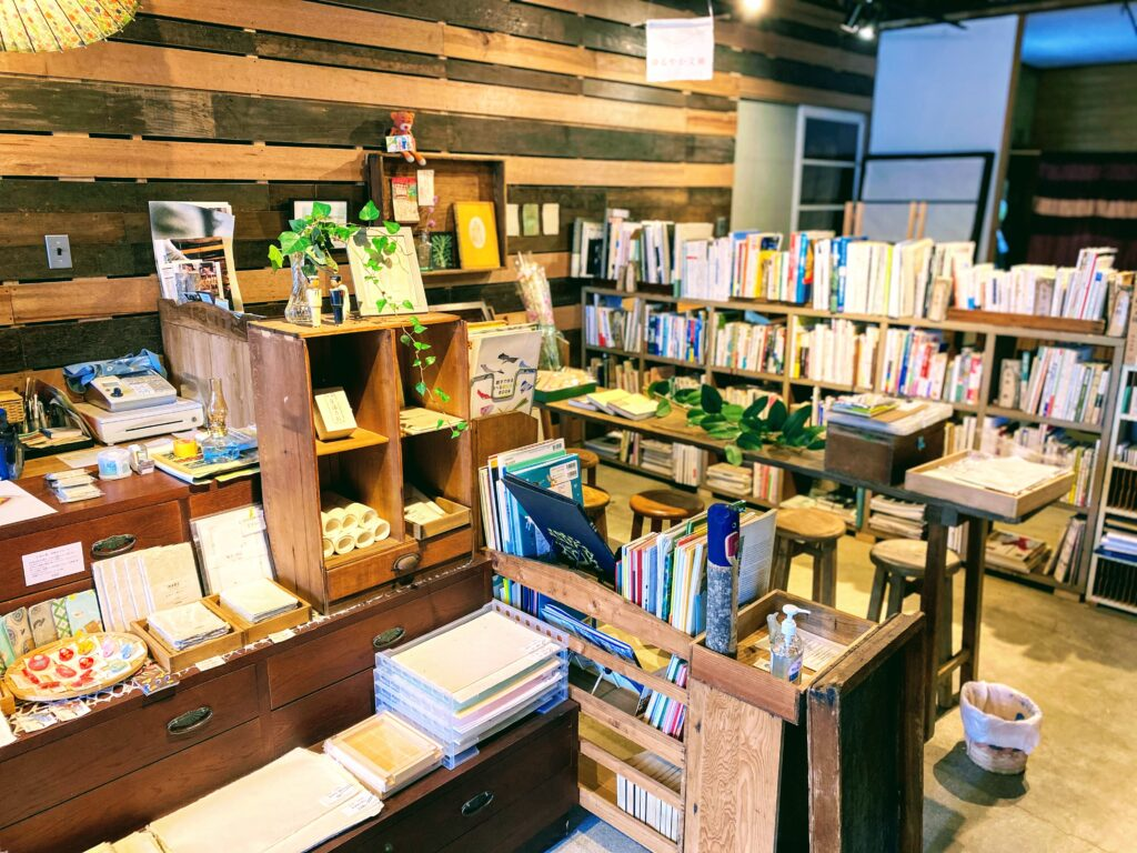 本と商品がずらり。端から端まで見て何時間でもゆったりできそうなほっこり空間。